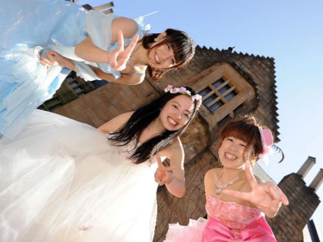 「プリンセス体験」500着の豪華ドレス・タキシードを1h/2,500円レンタル。